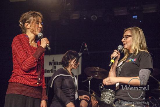 Moderatorin Katharina Spiering (l.) mit Judith Siggelkow-Weber, der Tochter des ARCHE-Gründers