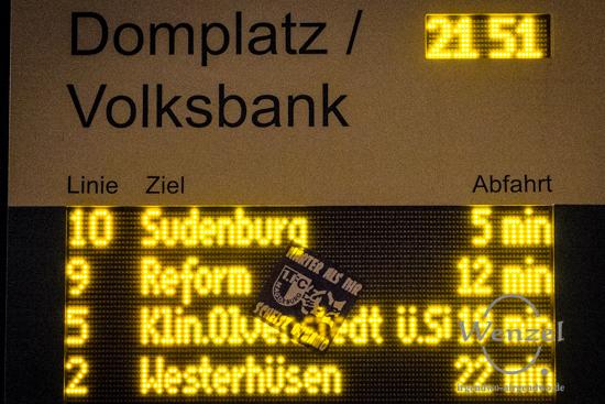Anzeige Haltestelle Domplatz: Linie 2 (fahrplanmäßig 21:53) fällt aus