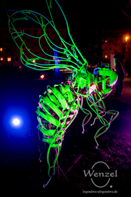 Metall-Insekten und Fabelwesen von Pawel Lickas –  Installation Familienhaus im Park