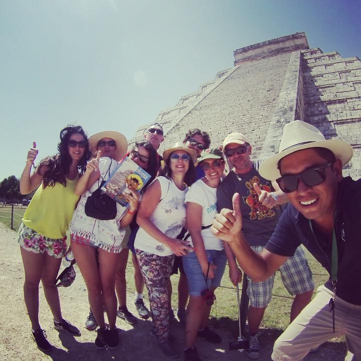 foto di gruppo con marlon di mercanti viaggi