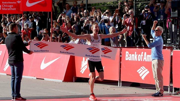 Catholic runner wins Chicago Marathon after blessing