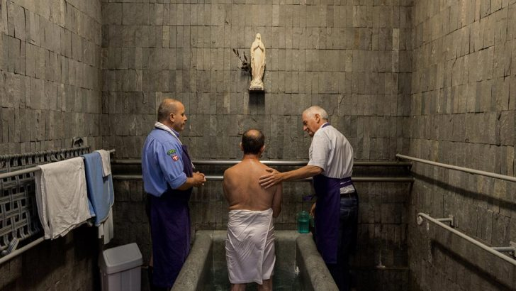 Un peu plus loin que la grotte de Lourdes... Baths-at-lourdes