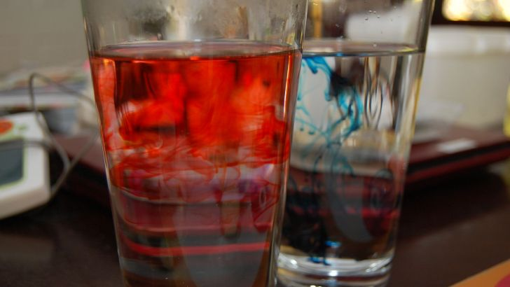 How does water react to hot and cold temperatures?