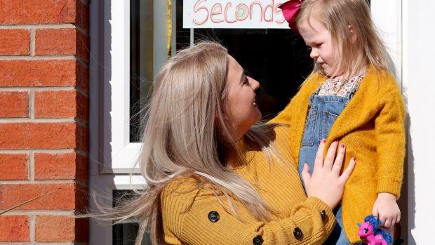 Cliodhna Tolan et sa fille Zaira, qui ont participé à un concours de dessin pour égayer leur quartier dans le quartier Upper Springfield de Belfast. Photographie: Stephen Davison