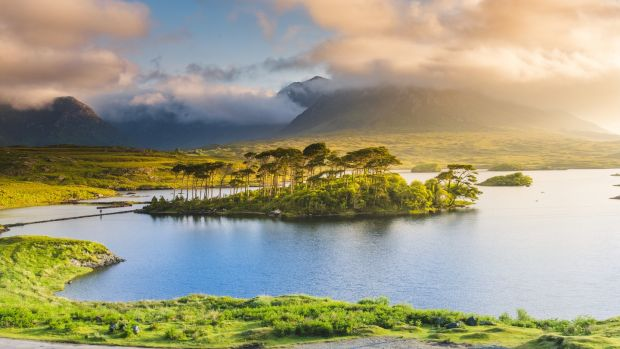 Connemara, County Galway, Connacht province, Republic of Ireland, Europe. Lough Inagh lake.