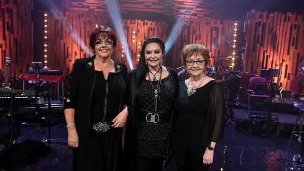 Crystal Gayle with the McCann sisters on Opry Le Daniel