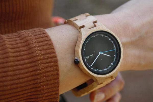 reloj pulsera madera Mistral Iroko en muñeca