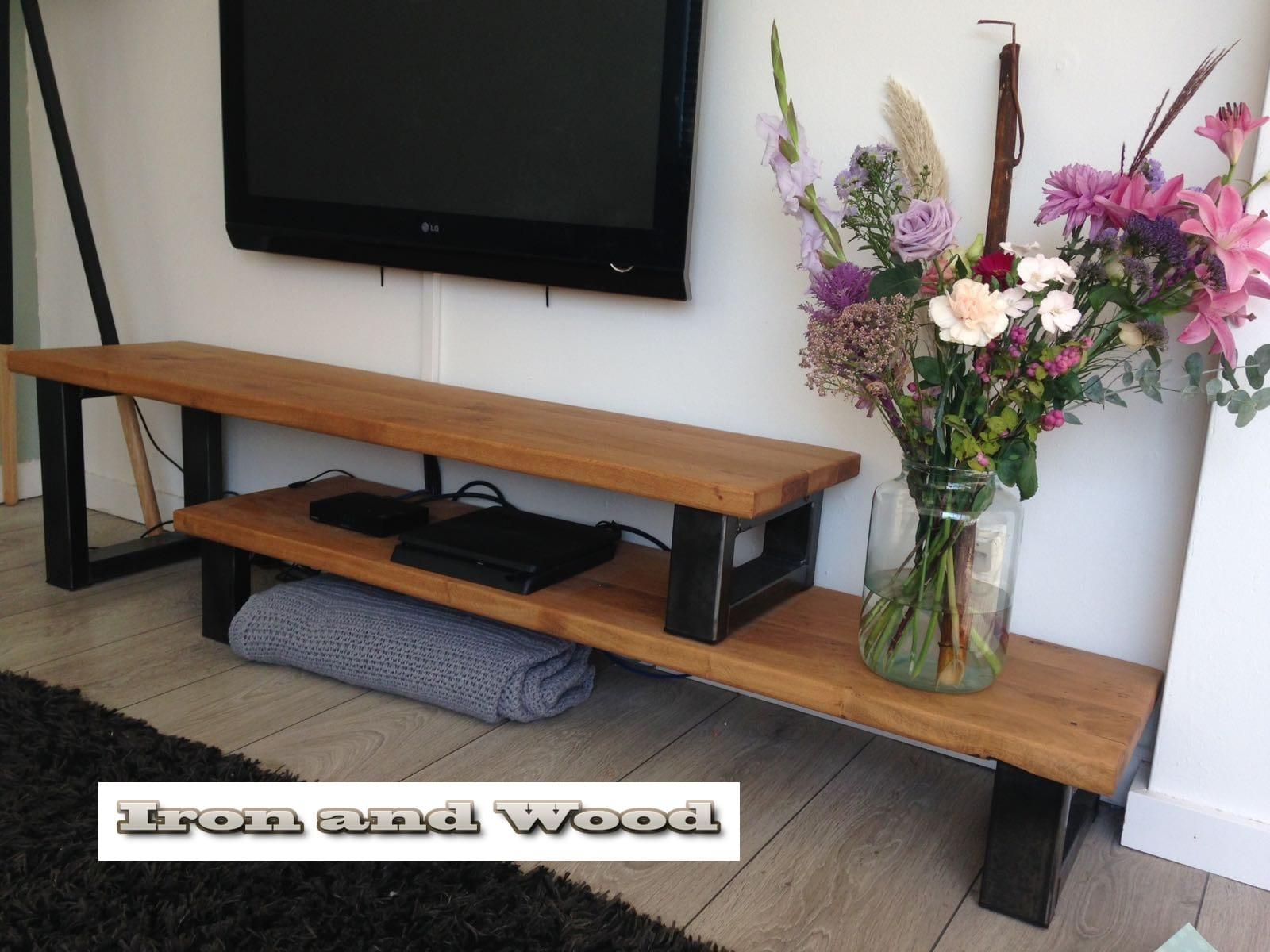 Industrieel tv meubel met hoog laag bladen van staal en
