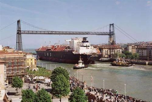 buque en el puente colgante