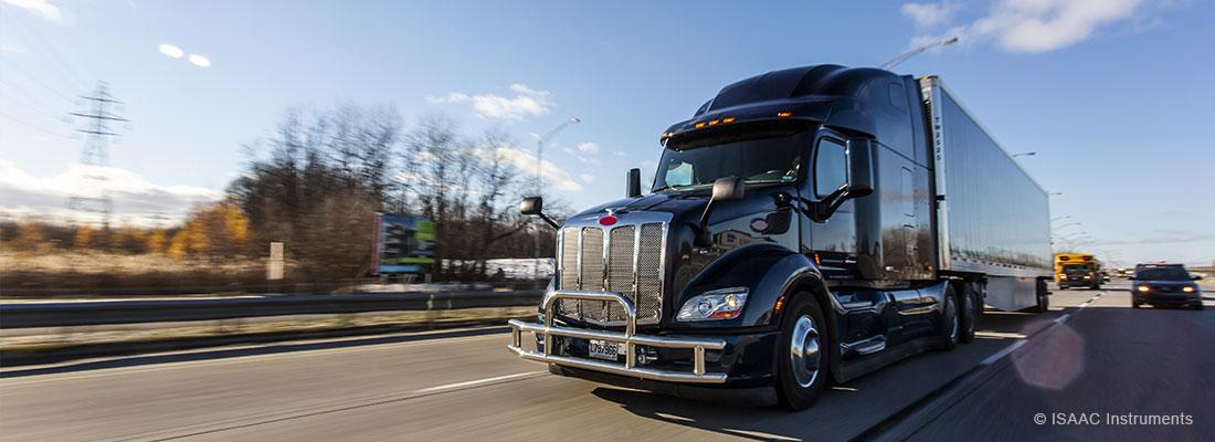 Camion lourd sur autoroute