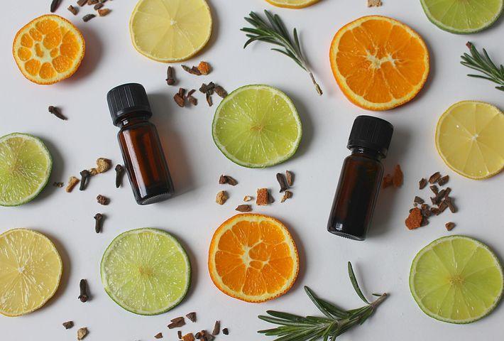 bouteilles d'huiles essentielles au milieu d'agrumes