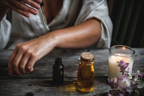 gouttes d'huiles essentielles sur la peau