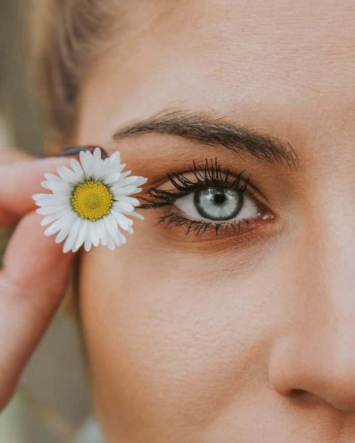 visage de femme qui utilise des huiles végétales pour peau mature
