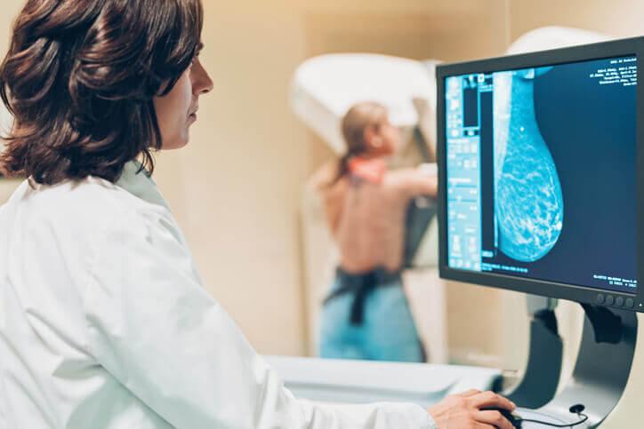 femme passant une mammographie