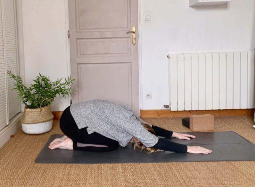 Pourquoi-le-yoga-aide-à avoir- un-ventre-moins-gonflé-et-ballonné-à-la-ménopause