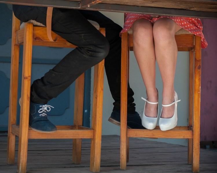 Deux personnes ont rapproché leurs chaises, leurs positions physique et mentale ont changé et le contact est rétabli.
