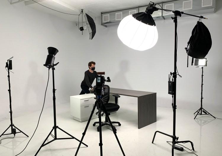 De nombreux spots et accessoires savamment disposés lors du tournage d'une bande-annonce..