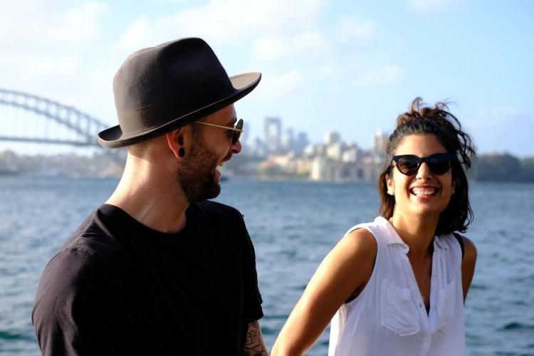 Un couple riant lors d'une promenade.