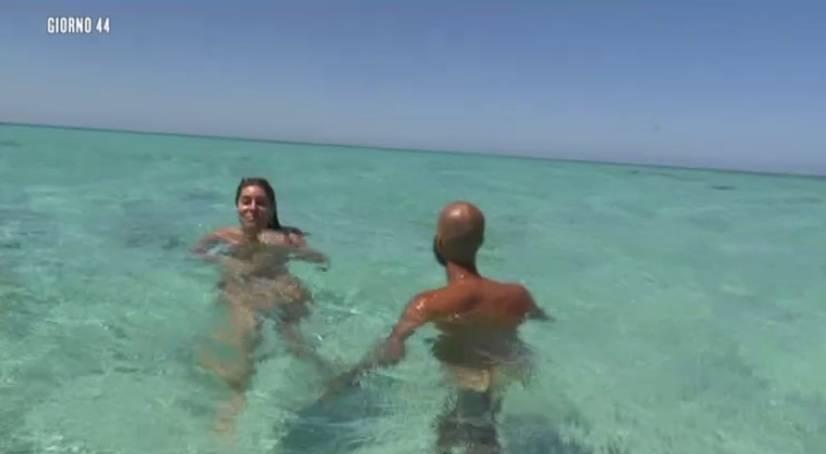 Isola 13 Bianca Atzei fa il bagno nuda insieme a Jonathan Kashanian  Isa e Chia