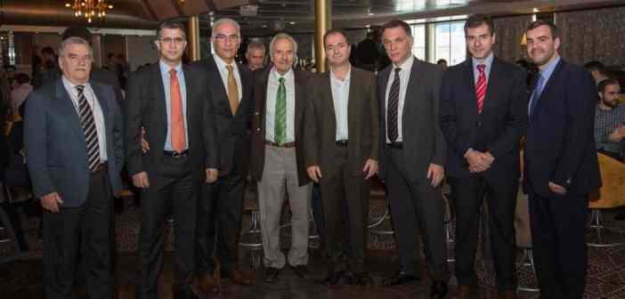 Από τα αριστερά προς τα δεξιά: Η. Λαδάς, DPA, HR and Training Manager DANAOS SHIPPING CO LTD, Γ. Σκριμιζέας, Γενικός Διευθυντής, Allseas Marine, Γ. Τσουρής, Διευθυντής Επιχειρήσεων, DPA, CSO, Blue Planet Shipping, Ν. Πενθερουδάκης, Επίτιμος Πρόεδρος της Ένωσης Μεσιτών Ναυτιλιακών Συμβάσεων, Γ. Θεοτοκάς, Γενικός Γραμματέας Ναυτιλίας και Νησιωτικής Πολιτικής, Α. Παντουβάκης, Πρόεδρος της Ένωσης Ναυτιλιακών Οικονομολόγων Ελλάδας, Γ. Κοτζιάς, Διευθυντής Πωλήσεων και Aγορών, Intermodal Shipbrokers και Πρόεδρος της Ένωσης Ελλήνων Ναυλομεσιτών, Η. Μπίσιας, Δικηγόρος, Διευθυντής περιοδικού Ναυτικά Χρονικά