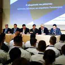 """Στιγμιότυπο από το πάνελ με θέμα """"Ο αξιωματικός του μέλλοντος: Ικανότητες, Δεξιότητες και απαραίτητες Πιστοποιήσεις"""". Από αριστερά προς τα δεξιά: καπτ. Γιώργος Ουζούνης, Crew Manager, Marine Management Services M.C., καπτ. Βασίλης Παπαζής, Sr. HSQE Superintendent, DDPA, DCSO, Euronav, Παντελής Σημαντώνης, Deputy Manager SQ, Minerva Marine, Πέτρος Βίκος, DMR/DPA/HSQEEn Manager, Consolidated Marine Management Inc., Μιχάλης Σαρλής, NEE, καπτ. Γιώργος Αλεξόπουλος, Operations Dept./ Tankers Division Manager, Eastern Mediterranean Maritime Limited"""