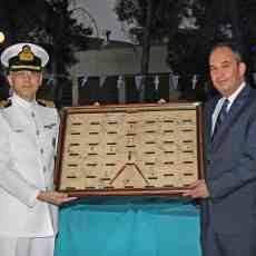 Ο υπουργός ΥΝΑΝΠ κ. Ιωάννης Πλακιωτάκης παραλαμβάνει αναμνηστικό δώρο από τον Διοικητή της ΑΕΝ Ασπροπύργου