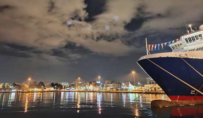 1. Aγίου Νικολάου: Εορταστικός στολισμός σε πλοίο στο λιμάνι του Πειραιά. Credits to Fotini.kaa