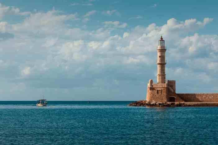 Από τους παλαιότερους φάρους επί ελληνικού εδάφους, στέκεται αλώβητος στο ενετικό λιμάνι εδώ και μίση χιλιετία. Η τελευταία προσθήκη έγινε από τους Αιγύπτιους που του έδωσαν μορφή μιναρέ, με γυάλινο πυργίσκο και εσωτερική σκάλα.