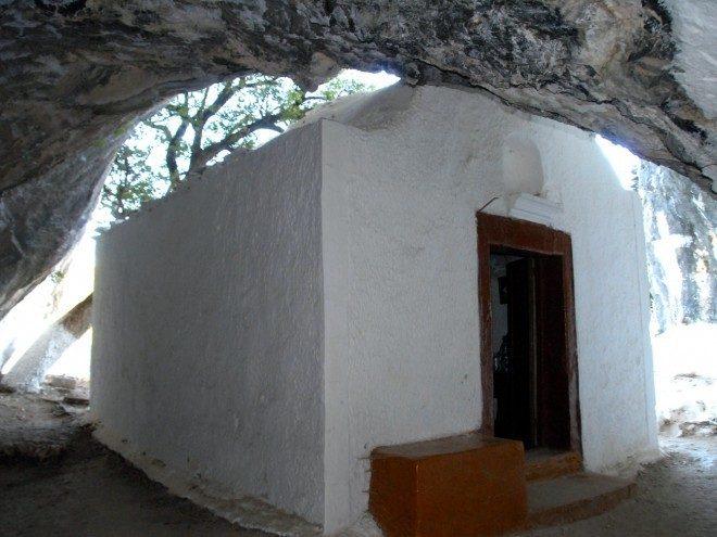 Η Παναγία Σαραντασκαλιώτισσα στη σπηλιά του Πυθαγόρα - The Church of Panagia Saradaskaliotissa is built in the Cave of Pythagoras