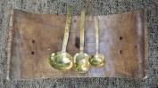 håndlagde serveringsskjeer i messing - fra kr. 375,-