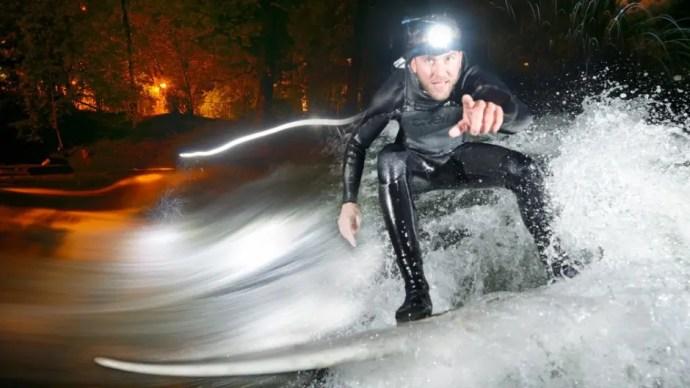 Großstadtsurfen - Münchner Eisbach Surfer im Winter   Film von Colin Stewart