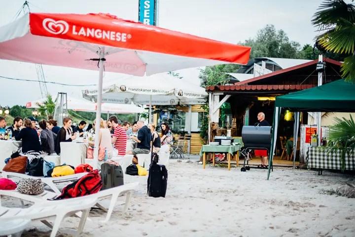 Fast wie im Urlaub: Die Strandbar im Wasserskipark Aschheim | Foto: Susanne Schramke