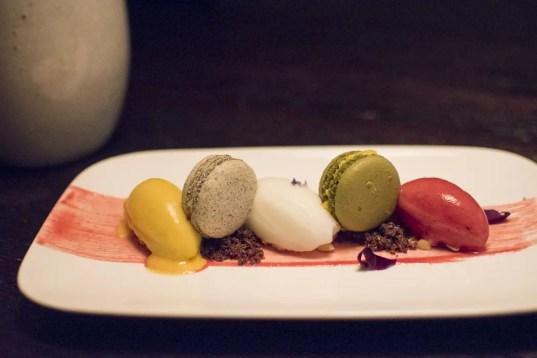 Matcha- und Sesam-Macarons im Restaurant Mun München Haidhausen