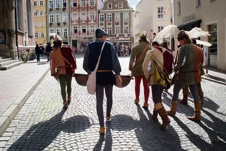 Musikanten der Landshuter Hochzeit in der Altstadt - ISARBLOG