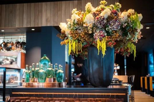 Bar und Blumen im das Brahms | Foto: Monika Schreiner