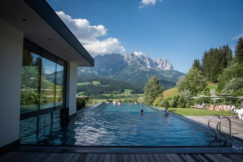 Ellmau Hotel der Bär Infinity Pool mit Blick auf den Wilden Kaiser