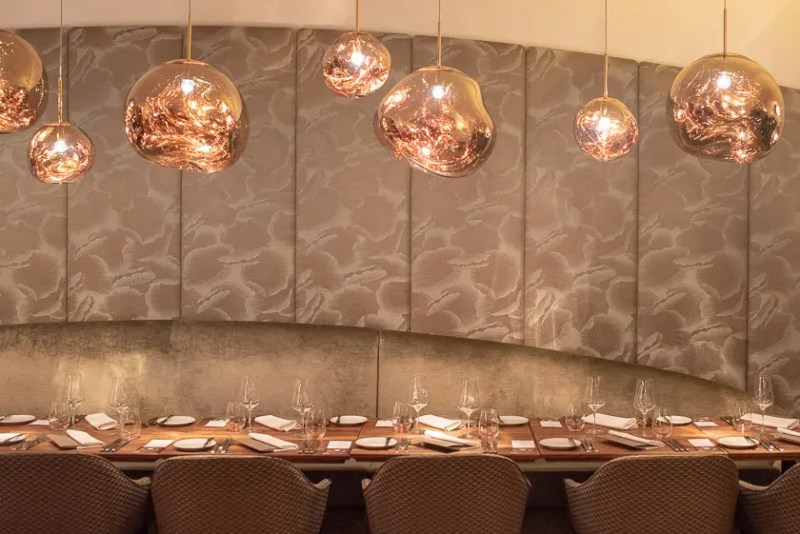 Lange Tafel für größere Gesellschaften im Museum Restaurant