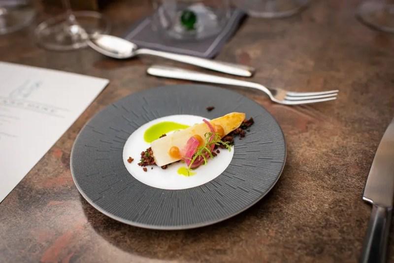 Amuse Gueule im 1804 Restaurant in der Hirschau: Spargel, gepicklete Zwiebel auf Pumpernickelerde