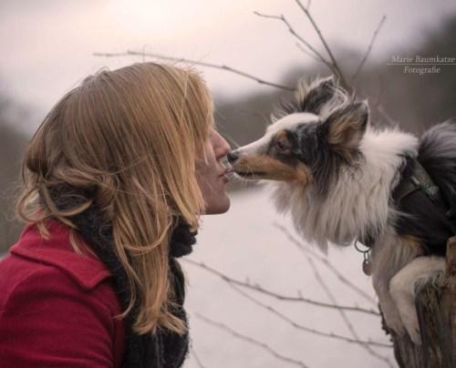 Philomela und ihre Sheltie-Hündin Frieda. Foto: Marie Baumkatze Fotografie