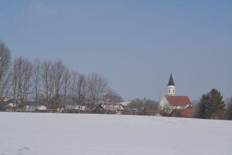 Unterwegs im Winterwunderland bei Habach: Blick auf Habach mit Pfarrkirche