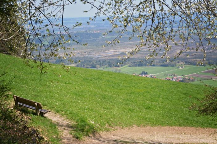 Auf dem Anstieg Richtung Lindlalm warten nicht nur wunderbare Aussichten, sondern auch einige Bänke, um diese zu genießen