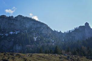 Schroffe Felsen, sanfte Wiesen - perfekt für einen sonnigen Frühjahrstag