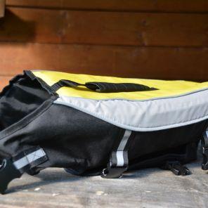 Die Alcott Hundeschwimmweste in der Seitenansicht: Stabile Verarbeitung und Details wie die Reflektorbänder sorgen für mehr Sicherheit im Wasser