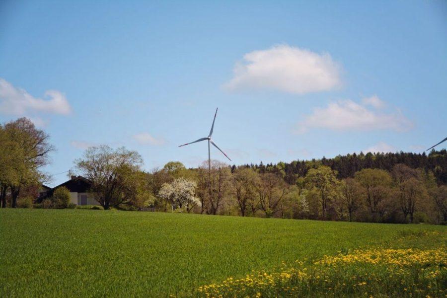 Hoch über dem Starnberger See drehen sie ihre Runden, die Windräder