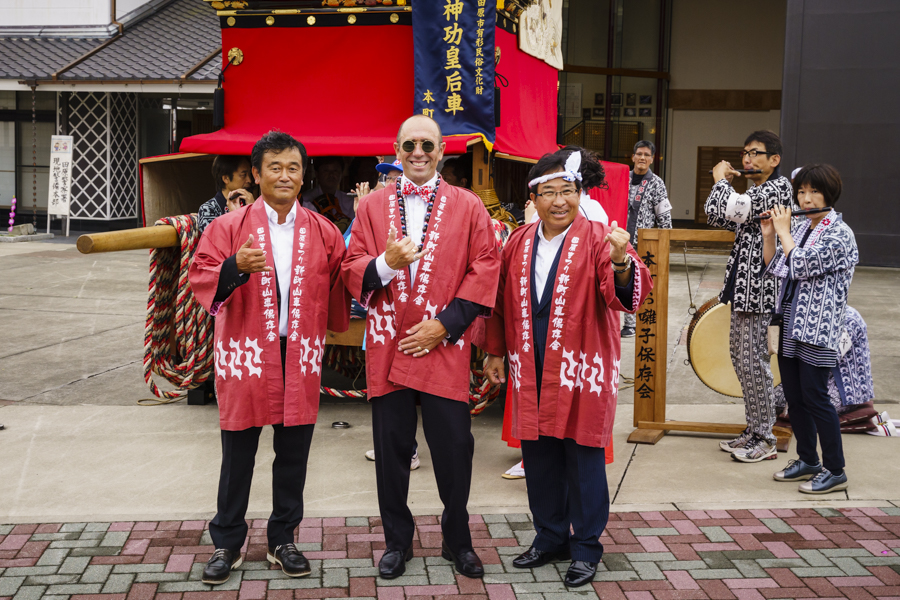 Fernando Aguerre celebrates the opening of the competition with President of the Nippon Surfing Association Sakai Atsushi (left) and Mayor of Tahara Masahiro Yamashita (right). Photo: ISA / Ben Reed