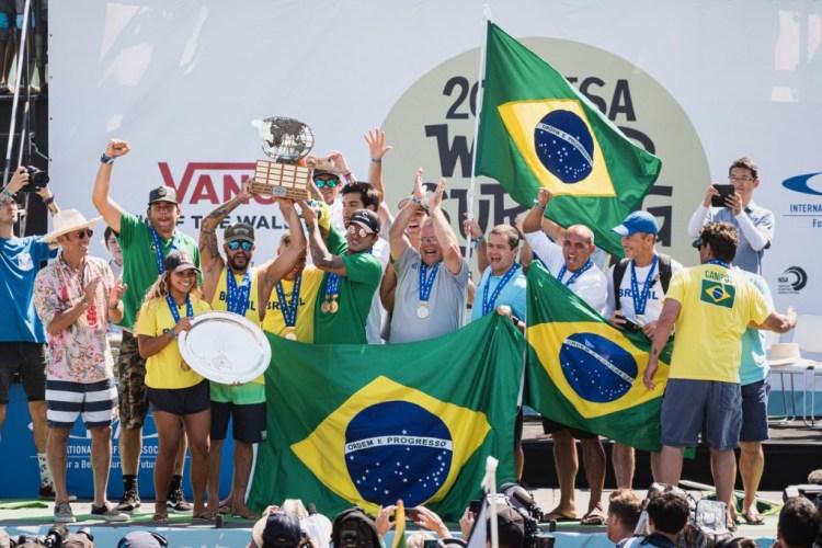 El Equipo de Brasil celebra su primera Medalla de Oro en el ISA World Surfing Games en 19 años. Foto: ISA / Ben Reed