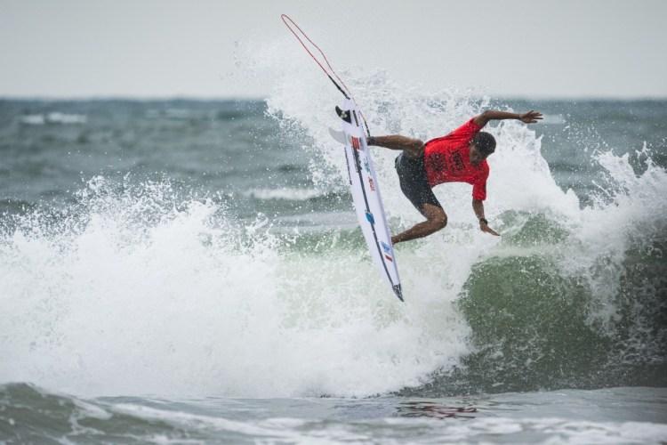 Rio Waida de Indonesia compite por el cupo continental asiático a Tokio 2020 contra el Equipo de Japón. Foto: ISA / Ben Reed