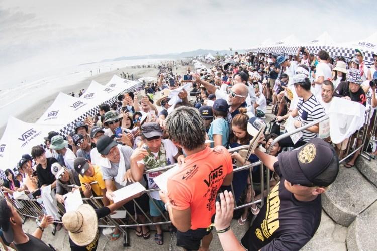 Kanoa Igarashi de Japón avanzó a la Ronda 3 del Evento Principal, para deleite de los miles de fanáticos locales que asistieron. Foto: ISA / Pablo Jiménez.