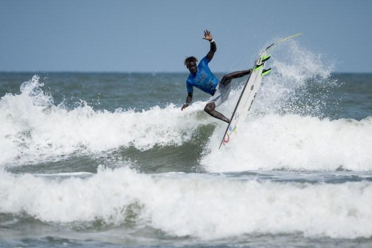 Cherif Fall de Senegal fue eliminado de la competencia, pero mostró a los mejores surfistas del mundo el creciente talento del equipo de Senegal. Foto: ISA / Ben Reed