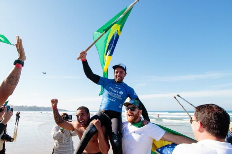 El brasileño Henrique Saraiva celebra al ganar su primera Medalla de Oro en el evento en 2018. Foto: ISA / Chris Grant